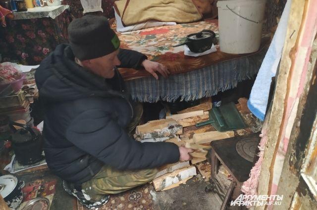 71-летний Сергей Шаврин живет отшельником в лесу без привычных горожанам удобств. Но менять чистый воздух и простор на тесную квартиру не желает